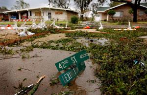 Panneau '42nd Street' dans une rue dévastée par l'ouragan