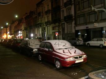 voitures dont les capots et parebrises enneigés sont marqués de 42