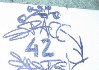 'Space 42' taggé au mur