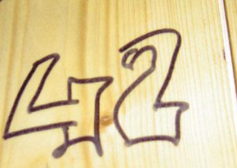 42 taggé sur la porte