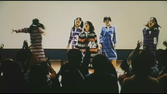 screenshot du film Suicide Club : le groupe de J-Pop 'dessert' avec un tshirt marqué 42